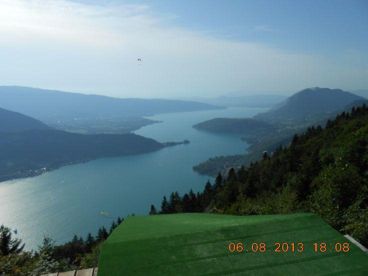 Lac d' Annecy gezien vanaf de startplek voor deltavliegers