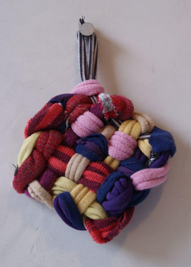 Tawashi en récup de vêtements pour celles qui ne savent ni crocheter ni tricoter !