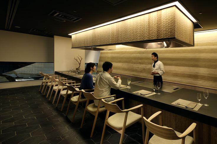 ホテル カンラ 京都の本館地下1 階に位置する鉄板料理レストラン。 京都牛など国産和牛をメイン食材に、様々なスタイルの鉄板料理を京都の小規模生産蔵の日本酒と共にご堪能いただけます。ベジタリアンの方も愉しめるメニューもご用意。 伝統的な技法や素材を用いた優美な空間と料理を彩るのは、京都文化 の中で洗練されてきた