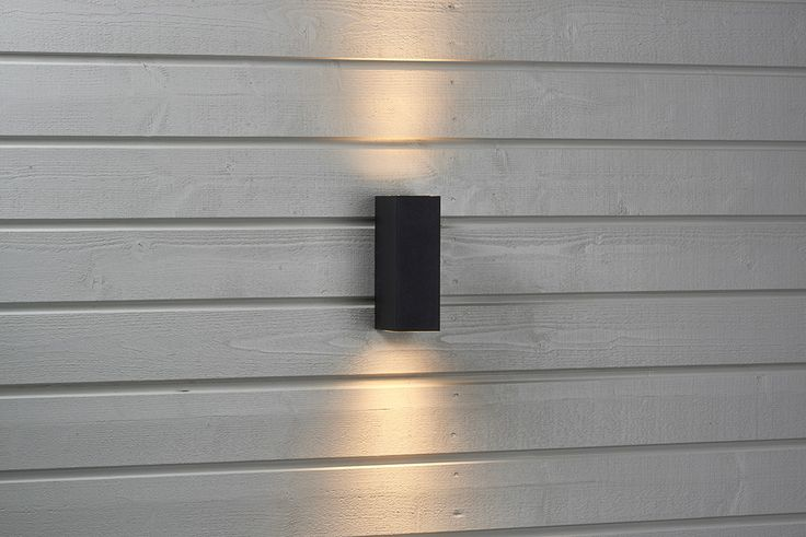 Vägglampa med uppåt- och nedåtriktad ljus. Av glas och svartlackerat aluminium. #biltema #vägglampa #utomhusbelysning