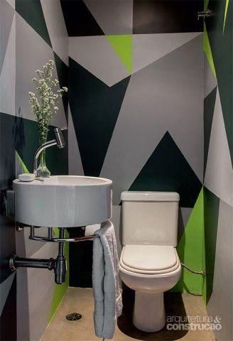 O designer de interiores Diego Ferreira optou por uma solução prática e original: fez os desenhos geométricos nas paredes e os pintou de três tons de látex cinza e um de verde-limão para contrastar.