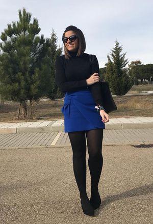 How to combine black heels of the brand Zara, black Purificacion Garcia's bags, blue skirts of the brand Zara, and black Lefties's turtlenecks