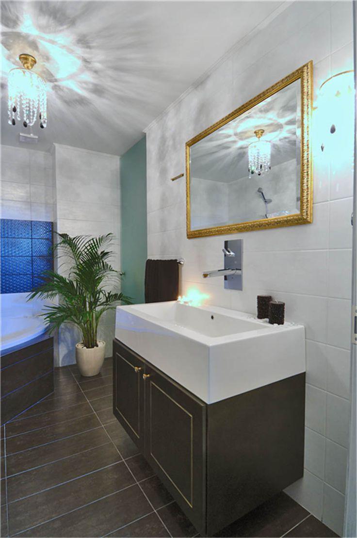 Νεοκλασικό έπιπλο μπάνιου λακαριστό με τεχνοτροπία πατίνας.