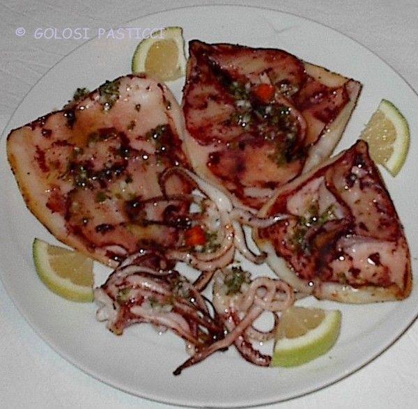 I calamari alla griglia, un piatto di mare , fresco, veloce che sà di estate: dei profumati e gustosi calamari alla griglia.
