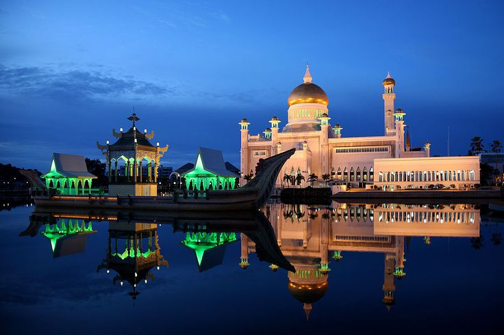 Sultan Omar Ali Saifuddin Mosque at night ◆Brunei - Wikipedia http://en.wikipedia.org/wiki/Brunei #Brunei