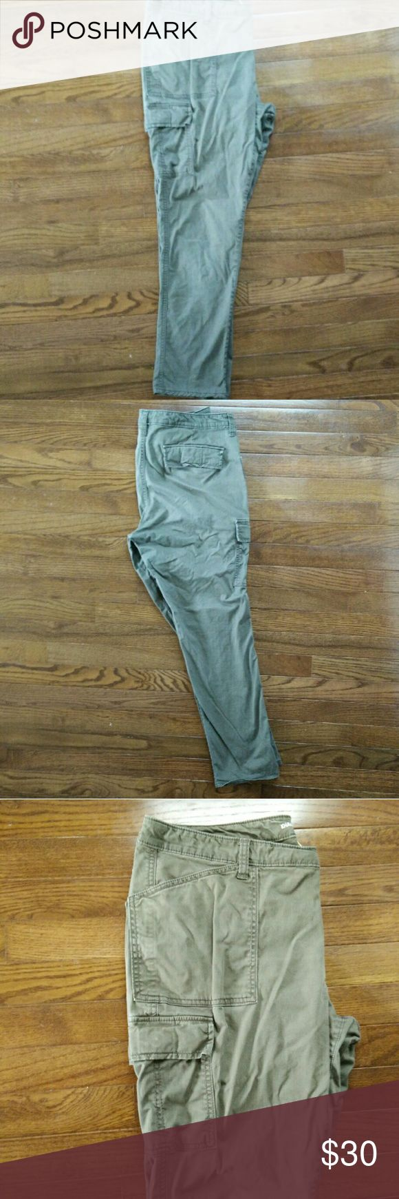 """Gap skinny boyfriend cargo pants These are a soft twill and feature 6 pockets (front slant, cargo, and rear flap pockets). They are super comfortable for everyday wear and can be worn rolled up or unrolled. 29"""" inseam GAP Jeans Boyfriend"""