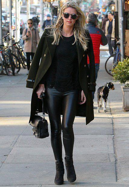 Modische Stars: Schwarze Lederleggings, grüner Mantel im Military-Stil und eine Oversized-Sonnenbrille mit Leo-Muster: Nicky Hilton liegt Style einfach im Blut.