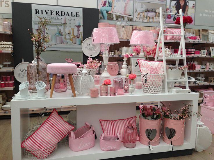 Roze woonaccessoires zijn in op de afdeling Riverdale. April 2014 Intratuin 's-Gravenzande