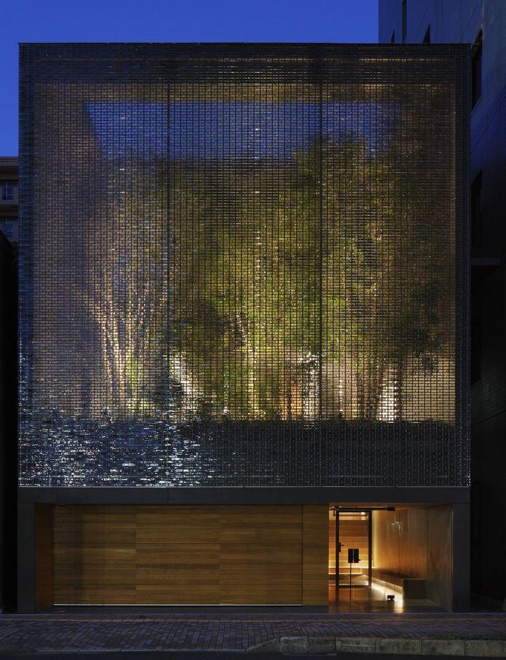 cas no Japao em 3 andares, terreno estreito com jardim no 2 andar. Parede de blocos de vidro separa o jardim interno da rua ! A garden enclosed by 6000 glass blocks | Optical Glass House by Hiroshi Nakamura, Hiroshima, Japan