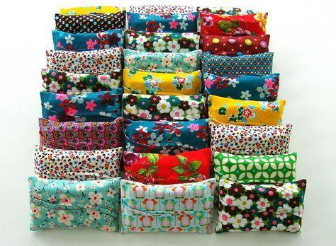 kwamen deze kleine zakjes tevoorschijn.  Zakdoekenzakjes . Ik maakte er zes-en-dertig. Een vrolijke bende bij elkaar. Leg er een ...