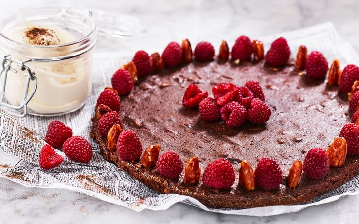 Lakrits och choklad är goda smakkompisar, med salt-söta mandlar och hallon blir det riktigt kalas!