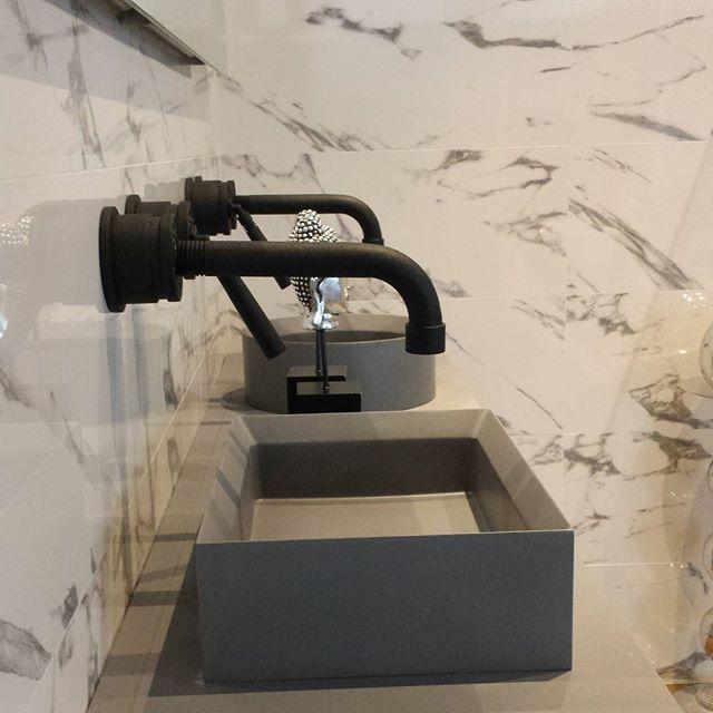 Op deze foto ziet u een mooi grijs meubel van #Sanibell, zwarte kranen van #JEEO en marmerlook tegels van #porcelanosa.  #gjmeijer#gjmdesign #bathroom #badkamer #badkamers #design #tiles #tegels #inbouwkraan #spiegel #wastafel #inspiratie #almerebuiten #mooi #bathroominspiration