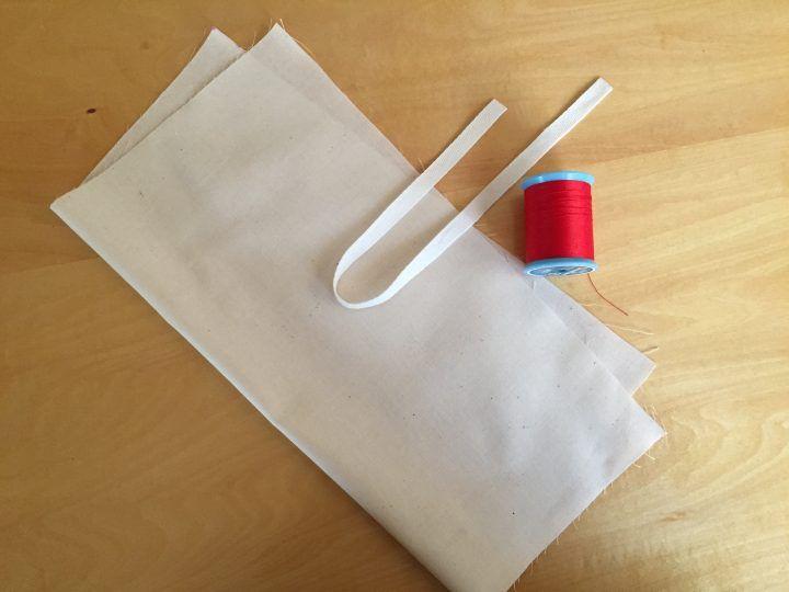 お弁当といっしょに必ず持ち運ぶお箸などのカトラリー。ケースはプラスチック製が定番ですが、意外にも布製が便利って知っていましたか? 形に融通がきくのでお箸だけでなくスプーンやフォークもいっしょに包めて、洗うときは洗濯機に放…
