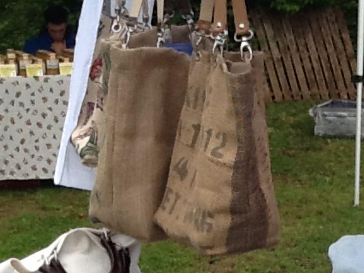 Creazioni fatte a mano,utilizzando sacchi del caffè grezzi, foderate in cotone varie fantasie, manici in cuoio o pelle e moschettoni.