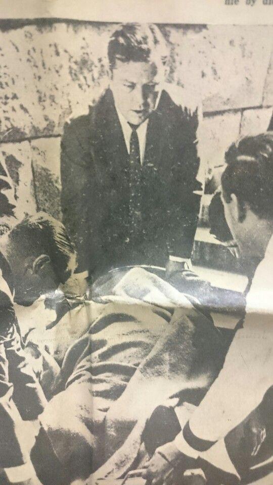 Die eerste man wat dr Verwoerd te hulp gesnel het na die aanval was die L.V. vir Cradock,  dr.G.de V. MORRISON.  Hier staan hy by die koppenent van die draagbaar.