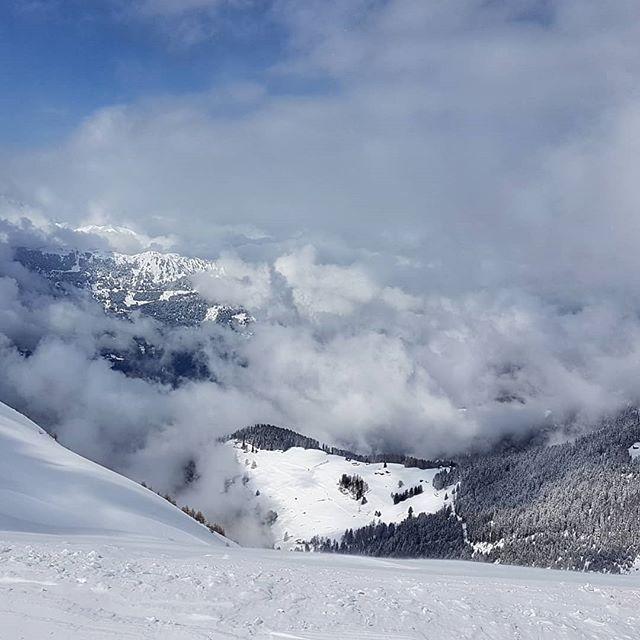 Ein Wahnsinns Ausblick von oberhalb #Lavoz in Richtung #Domleschg. 1. April und dee Schnee ist ein Traum. Kein Scherz. . . . #arosalenzerheide #sonnehochzwei #Lenzerheide #visitswitzerland #graubünden #inlovewithswitzerland #skifahren #osterski #schnee #frühlingSkifahren #frühlingSki