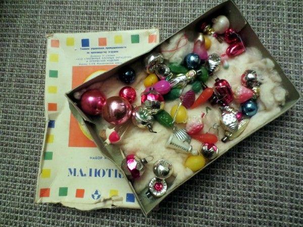 Была у нас и пластиковая елочка-малютка с набором игрушек самого начала 1970-х годов. Дата выпуска не сохранилась, зато известна цена набора - 1 рубль 70 копеек.