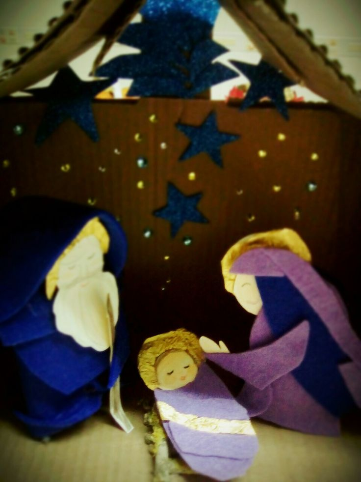 scatola di cartone, rotoli carta igenica, feltro, foglio brillantini blu, carta oro dei cioccolatini e brillantini a volontà!