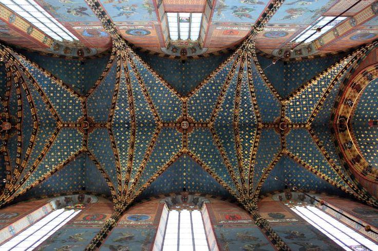 Het gewelfde plafond met kleurrijke muren van de St. Mary's Basilica in Krakau, Polen. Krakau is zeker de moeite waard voor een lang weekend weg.
