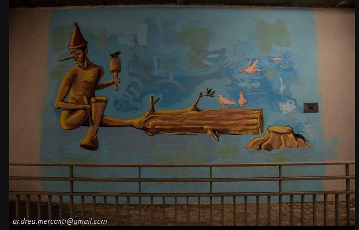 """Progetto """"Arte in stazione e città a colori"""", che trasformerà 120 stazioni ferroviarie di Roma e provincia grazie agli interventi di altrettanti street artist. Andrea Gandini, giovane sculture romano - suoi i numerosi tronchi d'albero intagliati visibili per la città -  per la prima volta impegnato in un murales, un Pinocchio che si """"crea"""" da solo"""