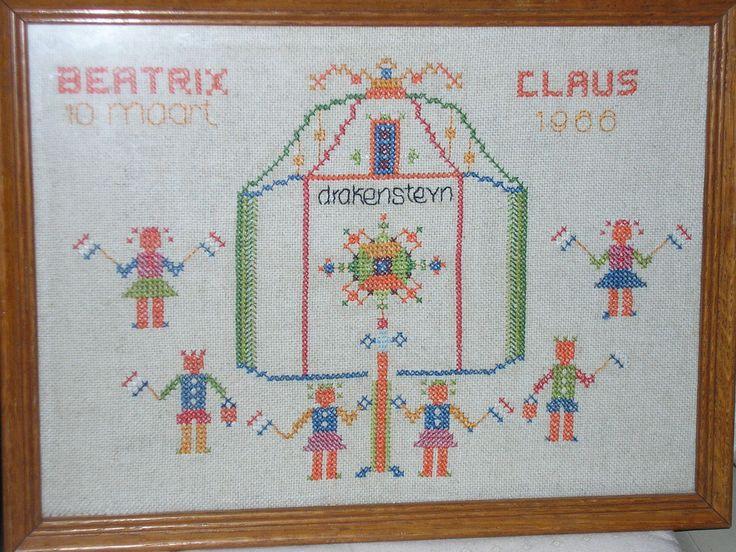 1966..voorbedrukt patroon op de achterzijde. Zo leerde je vroeger borduren :)