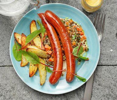 Lammkorv med krämiga grönlinser där linserna kokas i lagerblad för att få en fin smak och tärnade morötter adderas för att sedan koka ytterligare några minuter. Krämigheten fås då grädde tillsätts och för smakens skulle får dijonsenap och färsk persilja göra sällskap i såsen. Servera med rostad potatis.