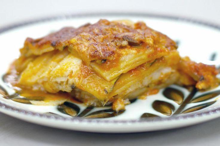 Wijting is een budgetvriendelijke en veelzijdige vis. Met een klassieke Griekse moussaka in het achterhoofd, bedacht Jeroen een ovenschotel met deze smakelijke witte vis. Schuif de laagjesschotel een uur in de oven en geniet van een aardappelen, groenten, vis en saus uit één en dezelfde pot.
