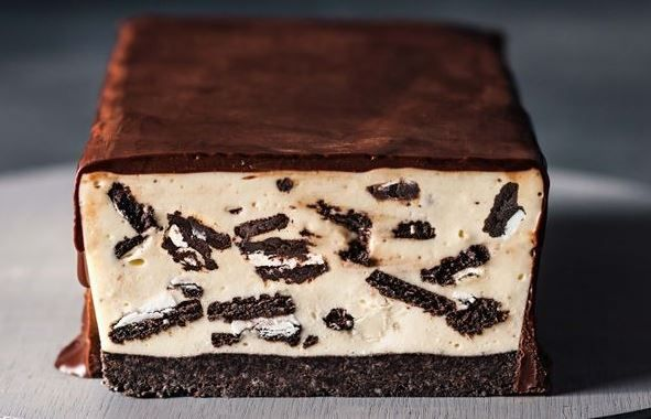 Ένας υπέροχος κορμός με γέμιση cheesecake με γέμιση και τραγανή βάση με μπισκότα όρεο, καλυμένος με γκανάζ σοκολάτας... Σκέφτεστε κάτι καλύτερο για να το