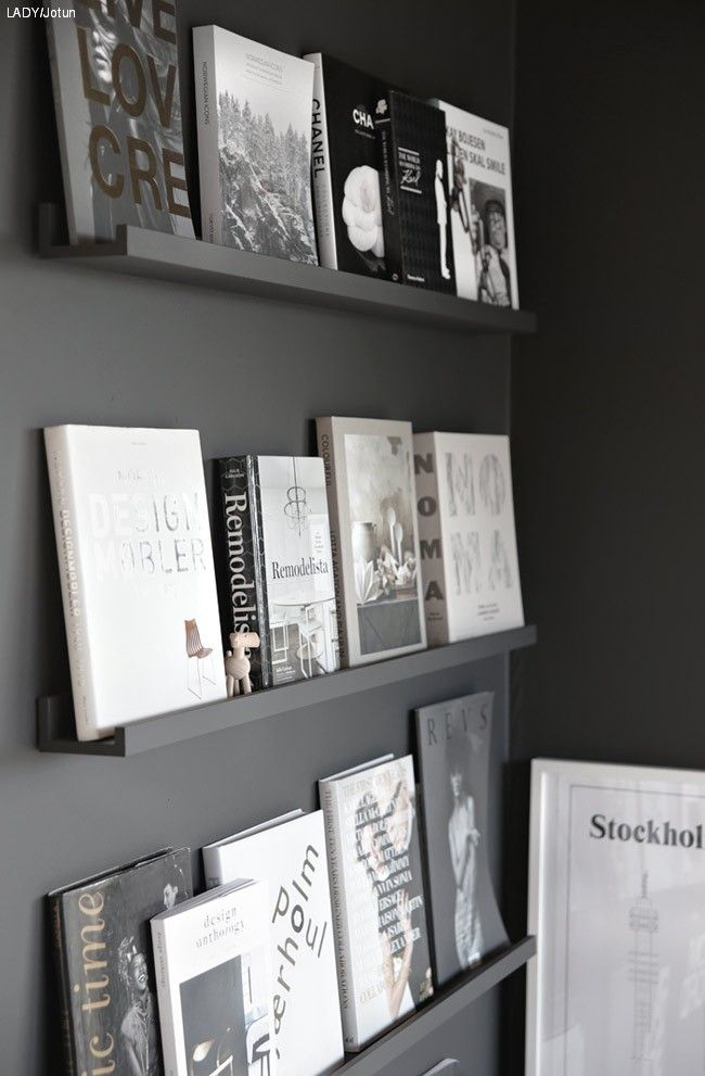 Slik lager du en vakker bildehylle som fremhever bøkene dine. Nina fra Stylizimo malte bildehyllene i samme fargen som veggen. Se hvor fint det ble.
