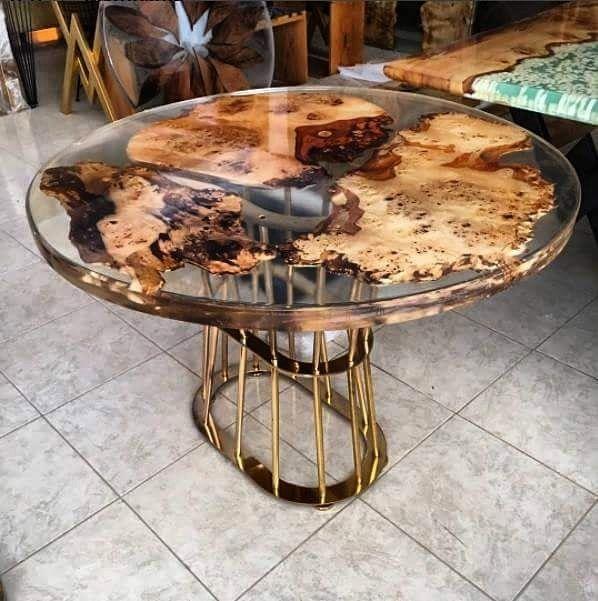 Konsept mobilyada tasarım sınırlarını zorlayan doğal ağaç epoksi kaplı masalar kişiye özel üretim seçenekleri ile.