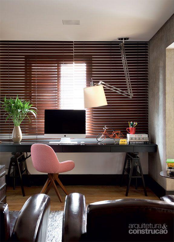 As persianas de madeira (Luxaflex, modelo Country Woods) cobrem toda a extensão da parede, desenhando um painel. Pintado de preto (esmalte premium plus de base água da Lukscolor), o rodapé alto (20 cm) repete-se em todos os cômodos. Projeto de Mônica Wipfi