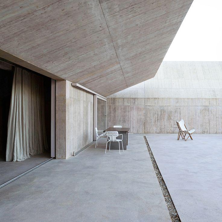 Villa Além in Portugal by Valerio Olgiati