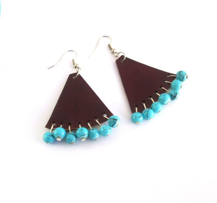 Pendientes de cuero triangulares con abalorios turquesa de EnCuero en Etsy