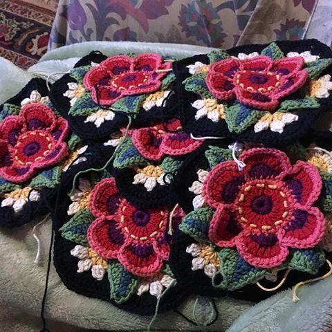 """OMW Ben Frida tur 6 işim bitti !!!  Süper heyecanlı ve kendimle gurur !!  Olarak diyorlar ki: """"Eğer başka planlar yaparken her hayat olur.""""  🌟 Fikir hayat oluyor iken, YİNE sizin planları ile devam etmek sanırım.  Burada Cesur Kızlar Kulübü sloganı tür: """"O yine de yaptım.""""  🙀🌟 # Round6RingofRoses #fridasflowerscal # fridasflowerscal2016 # fridasflowercal2016 #fridasflowerblanket #stylecraftyarn"""