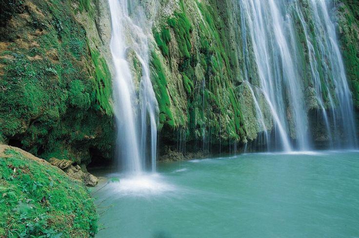 Voici la superbe cascade del limon, en République Dominicaine ! Cette île tropicale encore sauvage promet des balades extraordinaires dans la nature. Voilà de quoi avoir envie de séjourner dans un hôtel 3, 4 ou 5 étoiles en République Dominicaine, via Hotelissima ! #dominican #hotel #hotelissima