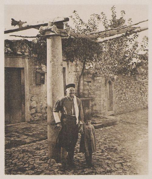Frédéric BOISSONNAS - Πέργκολα στους Αγίους Δέκα Ηρακλείου / Hadji-Decka. Une pergola / 1919 / BAUD-BOVY Daniel, BOISSONNAS Frédéric. Des Cyclades en Crète au gré du vent, Γενεύη, Boissonnas & Co, 1919.Βιβλιοθήκη Ιδρύματος Αικατερίνης Λασκαρίδη