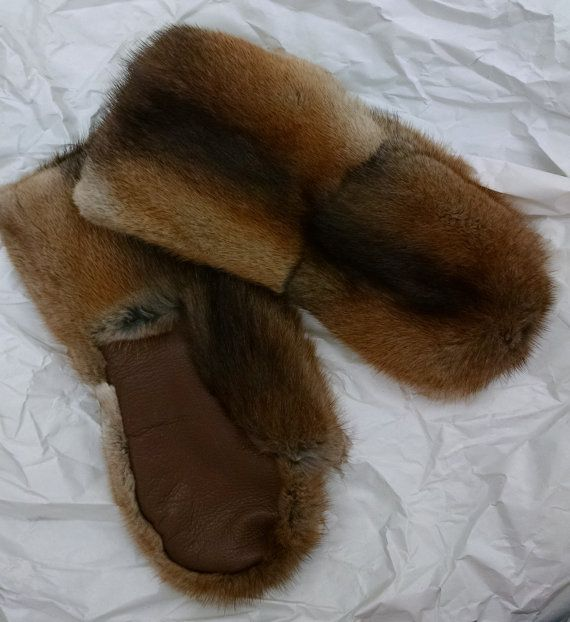 Muskrat pelt made into Mitts with leather palm and fleece lining.Please note measuirement from your wrist to longest finger and width of palm with order.