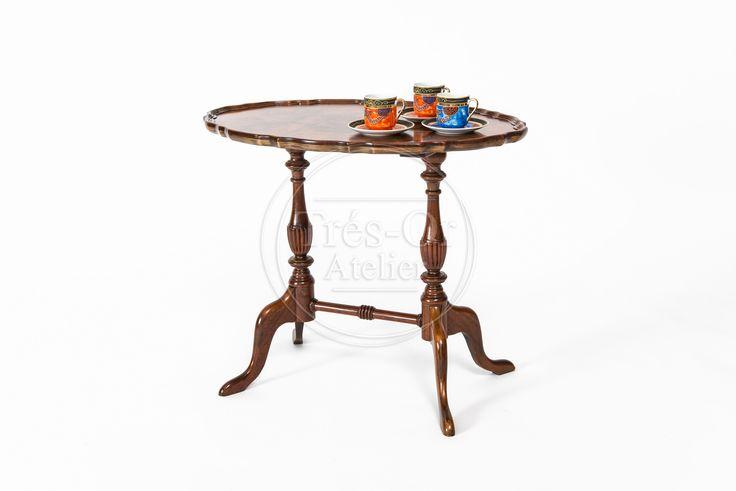 La madera de nogal es uno de los materiales más apreciados para el diseño de muebles, por sus vetas y su bonito pulimiento.  Desde la antigüedad se utiliza la raíz del nogal por su gran calidad y por ser fácil de trabajar. Su punto débil es que no es apropiada para exteriores.  Esta mesa fue restaurada y hoy está lista para seguir embelleciendo hogares u oficinas.  Material: Madera restaurada  Medidas:  Alto: 0.51 cm   Ancho: 0.60 cm  Fondo: 0.42 cm