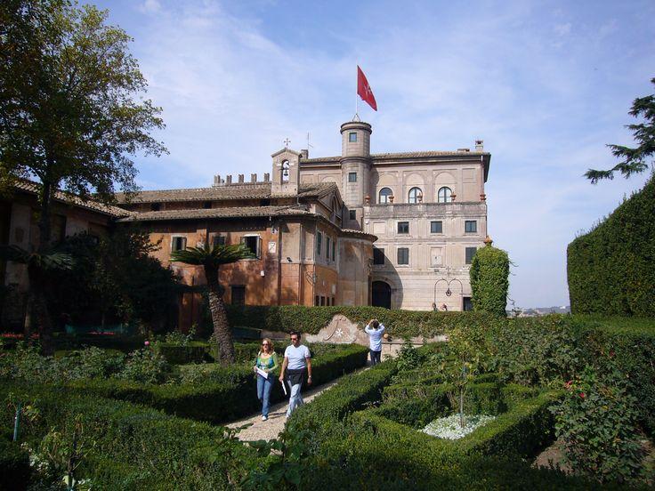 http://upload.wikimedia.org/wikipedia/commons/3/39/Aventino_s_Maria_del_Priorato_villa_dal_giardino_1050419.JPG