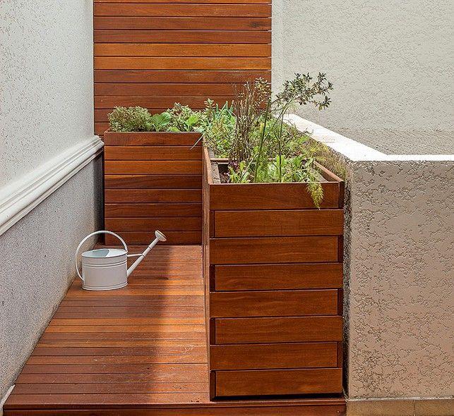 """Um cantinho do terraço virou horta no projeto do escritório Mera Arquitetura Paisagística. """"Projetamos uma caixa elevada em L para facilitar o manuseio"""", explica Beatriz Mera"""