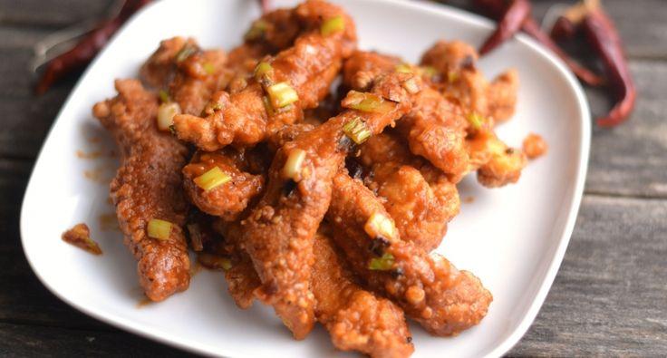 Sárkány falatok (dragon chicken) recept: A kínai éttermekben kapható egy csípős (dragon chicken) nevű falatka. Ez rendkívül hasonló ízvilágú, nagyon-nagyon finom étel. A lényeg a fűszeres való bundában való sütés, illetve a szósz amivel végül összekeverjük. Valójában csípősen az igazi, de ha nem kedvelitek, kihagyhatjátok a csípős paprikát, az erős paprikakrémet pedig édesre cserélhetitek.
