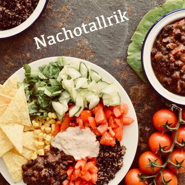 Nachotallrik! Perfekt mat till lördagsmyset tycker vi! Receptet finns i meny 17. Vegansk färs gjord på svart quinoa. 🌱  www.allaater.se