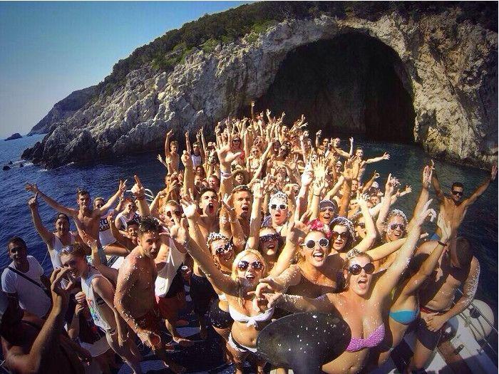 ¿Hay mejor plan de verano que una fiesta en barco? ¡Amigos, buena música, y mucho calorcito!