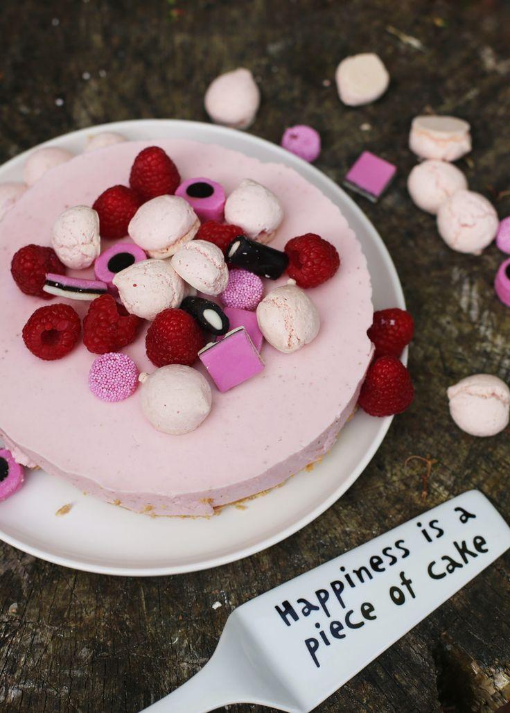 Aardbeien kwarktaart zonder pakje en die echt naar aardbeien smaakt. Die maak je echt heel makkelijk zelf met dit recept!