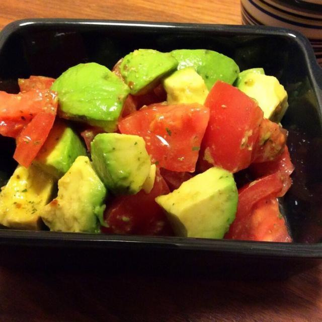 前に作ってみて、超簡単なのに美味しいサラダ! いつもは行かない西友にたまたま寄ったら、新鮮なトマトとアボカドが売ってたので〜♡ マジックソルトは小さいジップ式のサイズもあるので、ひとり暮らしにはいいですよ(≧∇≦) - 37件のもぐもぐ - トマトとアボカドのサラダ 2015.4.13 by kirahime