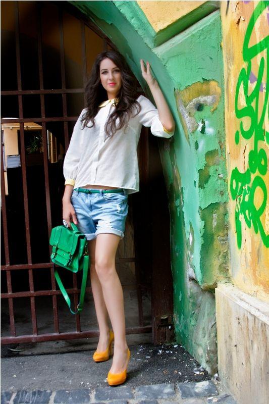 Bluza Alexia Bluza lejera cu guler rotund, cu decor pe centru spate, cu maneci bufante 3/4. 119RON
