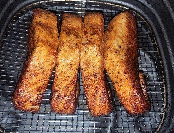 Benodigdheden: 4 mootjes zalm (à 125 gram per stuk) 2 eetlepels bruine suiker 100 ml sojasaus 100 ml Sake (=Japanse rijstwijn) 2 eetlepels limoen