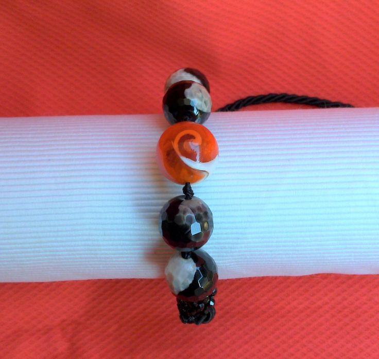 Bracciale con perle  bicolore bianco nere perla in vetro , cristalli neri   con  cordoncino scorrevole pratico da indossare. Ritiro gratuito su Catania e Provincia    per info contatti  peonie.accessori@gmail.com                tel . 339/8778952