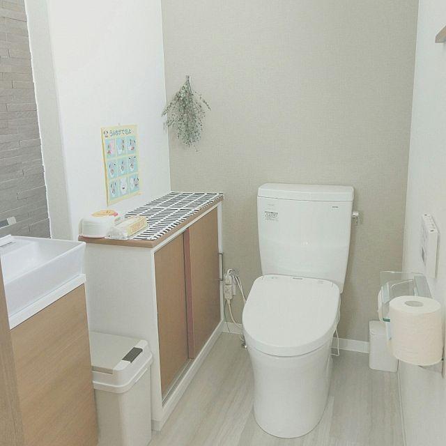 女性で、のトイレ/カワジュン/エコカラット/アクセントクロス/TOTOトイレ/こどもと暮らす。…などについてのインテリア実例を紹介。「朝からトイレ、失礼します。  トイレはTOTO。 使用前、失礼後に除菌水が出て清潔を保てるし汚れずらいしお掃除簡単!! ズボラ主婦にはありがたいトイレです。  しかしお値段はありがたくないのでタンクレスを諦めタンクあり…(>_< )  手洗い器の後ろにはエコカラットを貼りました。 水しぶきをぜーんぶあっという間に吸収してくれます♡  子供がいるのでオムツのゴミ箱やお尻拭きは必須。  とりあえず実用性を重視しながらも居心地のいい落ち着いた空間が目標です。 シンプルで大好きな空間ですが、ポスターでも貼ってみようかな。」(この写真は 2017-02-21 10:52:57 に共有されました)