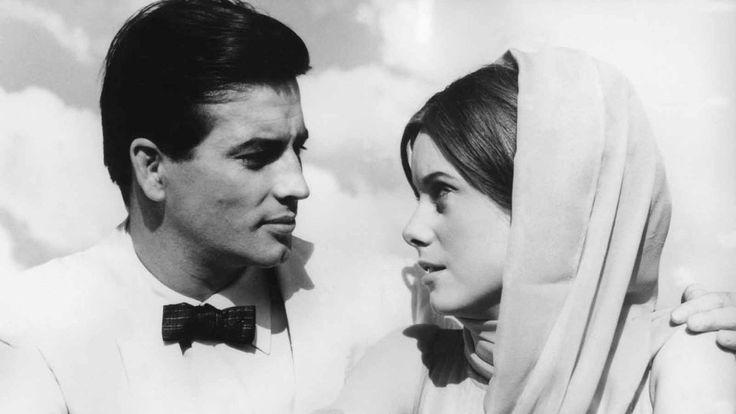 """Seine Karriere begann Pierre Brice in den frühen 1950er Jahren zunächst als Fotomodell in seiner Heimat Frankreich. Es drängte ihn zum Film, aber es gab damals viele junge Schauspieler. Deshalb hatte er es schwer, sich zu etablieren. Meist musste er sich mit Rollen in B-Filmen begnügen. In """"An einem heißen Nachmittag"""" spielte Pierre Brice 1960 an der Seite von Catherine Deneuve."""